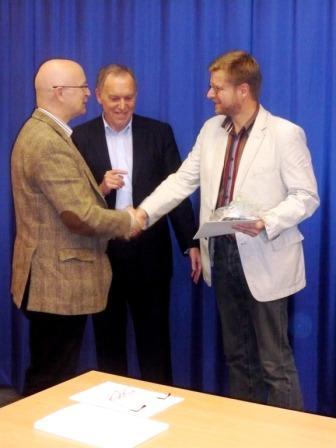 Prof. Schröder und Dr. Huber überreichen das Zertifikat