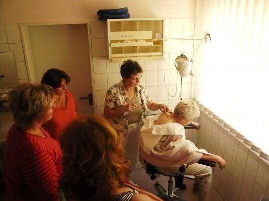 Schwester Gertraude beim Demonstrieren einer Blutegel Therapie