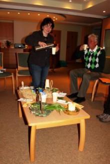 Kerstin Selbmann beim Ausschänken ihrer schmackhaften Bärlauchsuppe