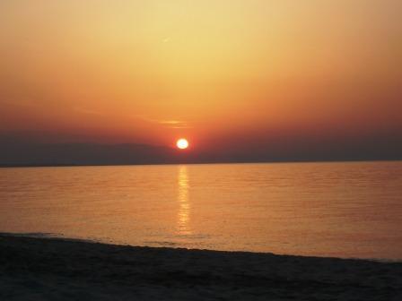 Sonnenuntergang über dem Kaspischen Meer und den Bergen des Kaukasus
