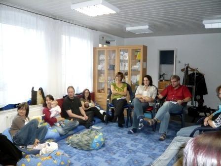 in gemütlicher Runde mit Eltern und Kindern