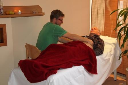 während der manuellen Bauchbehandlung