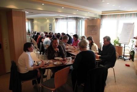 die Teilnehmer beim gemeinsamen Mittagessen