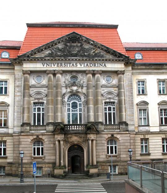 Portal des Hauptgebäudes der Europauniversität Viadrina Frankfurt (Oder)